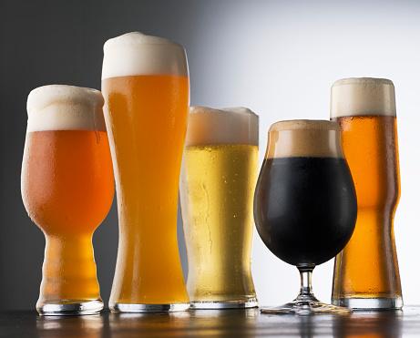 """""""La birra è ottima al pub o per un pranzo all'aperto ma evitatela nelle cene formali. E, per favore, non bevete mai (MAI!) la birra direttamente dalla bottiglia. Esistono i bicchieri""""."""