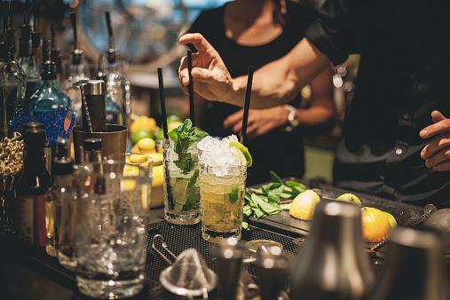 """""""Se volete un cocktail scegliete bevande dai nomisemplici, come il Martini o un Manhattan.Tutto ciò con un nome stupido o dalcolore sintetico dovrebbe essere evitato""""."""