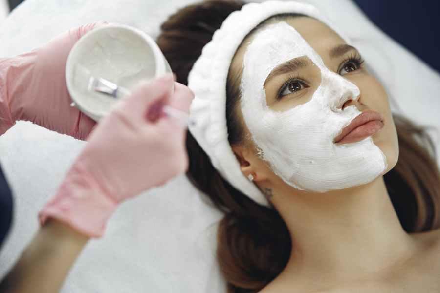 woman receiving clay facial at ellemes medical spa atlanta