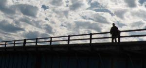 Ensom mand på en bro