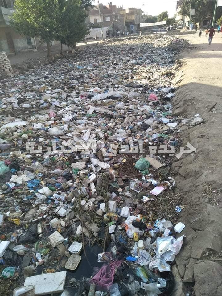 تلال القمامة تسد ترعة الأقواز بالصف … والأهالي يناشدون الجيزة والري بوضع حواجز بالقرى الأخرى لمنع وصول القمامة