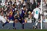 """برشلونة يحسم الـ""""كلاسيكو"""" ومان سيتي يواصل انتصاراته"""