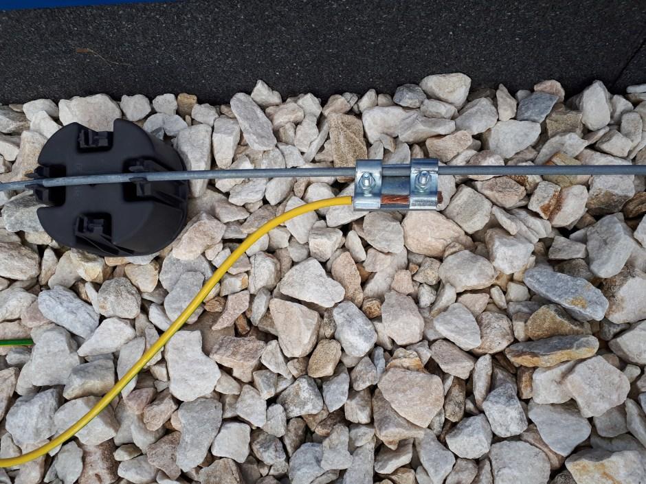Присоединение заземляющего проводника (меди с цинком) образует гальванопару, что приведет к электрохимической коррозии, а ПВХ оболочка не предназначена для использования на открытом воздухе.
