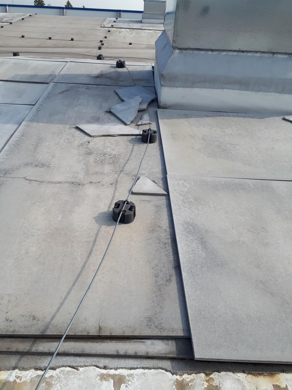 Для того, чтобы не уносило ветром опорные полимерные блоки из горючего материала пригрузили. Токоотовод лежит непосредственно на кровле из горючей ПВХ-мебраны. Вентиляционный выход не присоединен к молниеприемной сетке длоя уравнивания потенциалов. Молниеприемник отсутствует.
