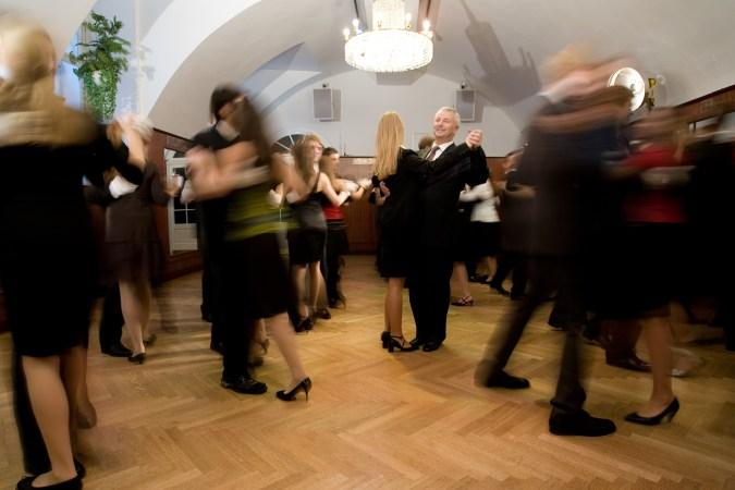 Direktor Rudolf Peschke im Tanzkurs