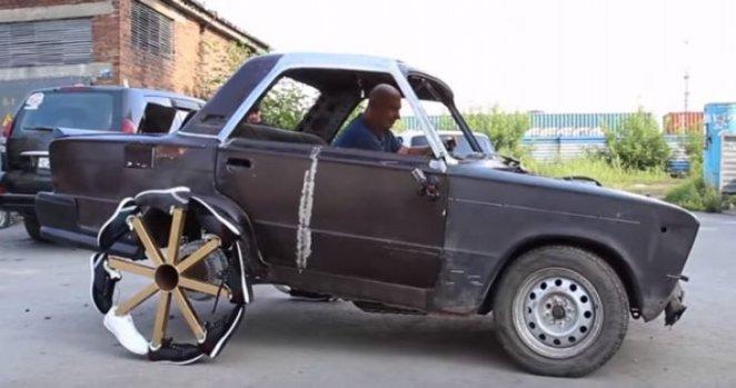 auto con rueda hecha de zapatos