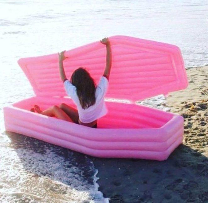 inflable de un féretro rosa