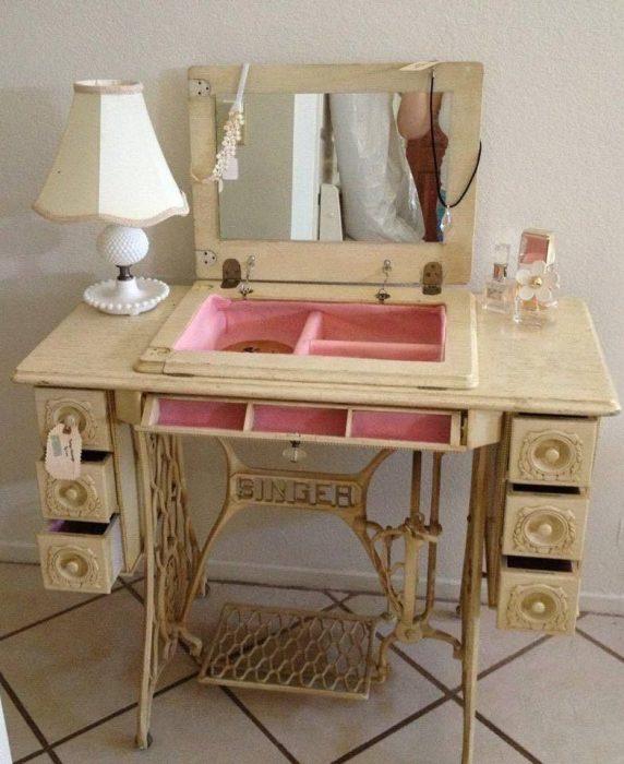 Tocador hecho de una máquina de coser antigua