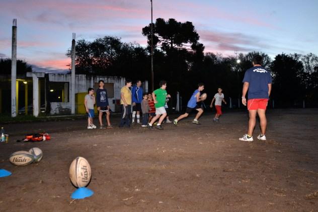 La categoría infantiles entrenando en el predio del Polideportivo Río Ceballos.