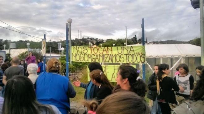Ni la lluvia detiene a los manifestantes que reclaman justicia por Cecilia, la docente atacada sexualmente por un depravado.