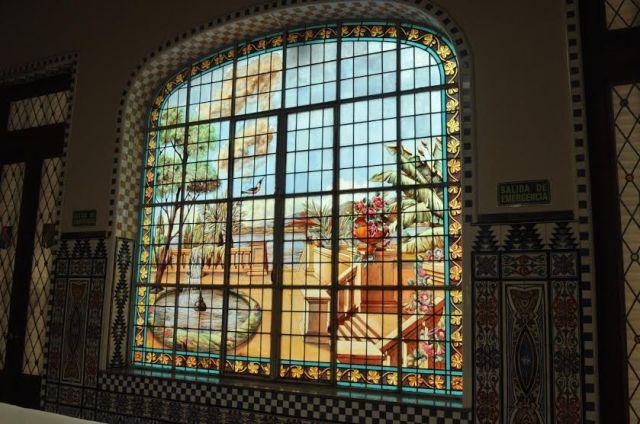 Uno de los vitrales más fascinantes se encuentra al final del salón principal.