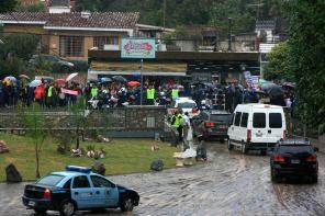 Macri se retira del Foro de Intendente Radicales en medio de una importante protesta contra su gestión. Foto: El Milenio.