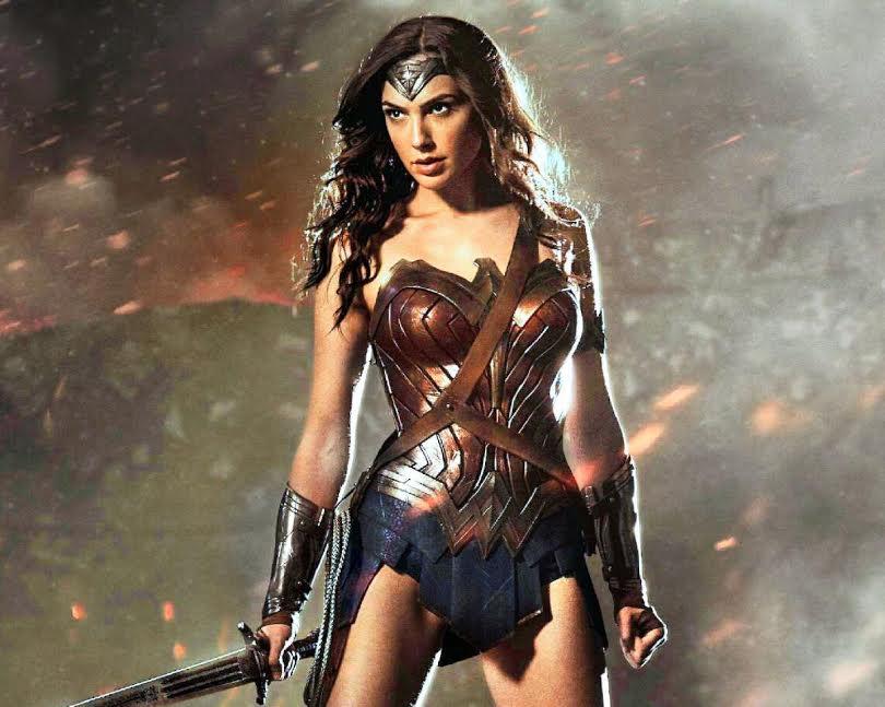 5-Mujer Maravilla La superheroína ficticia creada por William Moulton Marston para la editorial DC Comics es una princesa guerrera de las amazonas (basado en la mitológica raza de las amazonas de la mitología griega) y es conocida en su tierra natal como la princesa Diana de Themyscira. Su caracterización y su vestimenta siguen causando furor en el público.