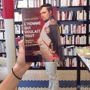 Furor por los empleados de una librería que juegan con las fotos de portada de los libros-4