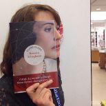 Furor por los empleados de una librería que juegan con las fotos de portada de los libros-9e
