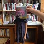 Furor por los empleados de una librería que juegan con las fotos de portada de los libros-9l