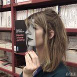 Furor por los empleados de una librería que juegan con las fotos de portada de los libros-9m