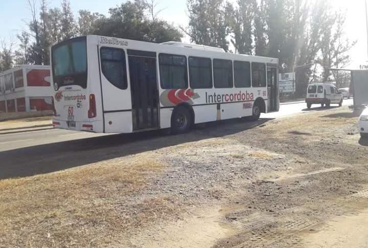 Una interurbano perdía combustible y tuvo que ser asistido por los bomberos voluntarios de Mendiolaza 8
