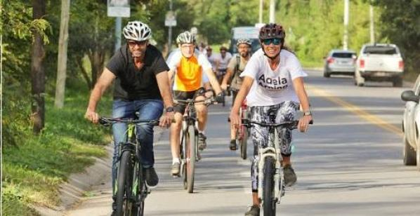 Dietrich y Arning pasearon en bicicleta por Mendiolaza 1
