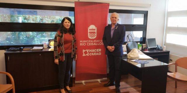 Omar Albanese junto con la Decana de la Facultad de Psicología, Patricia Altamirano.