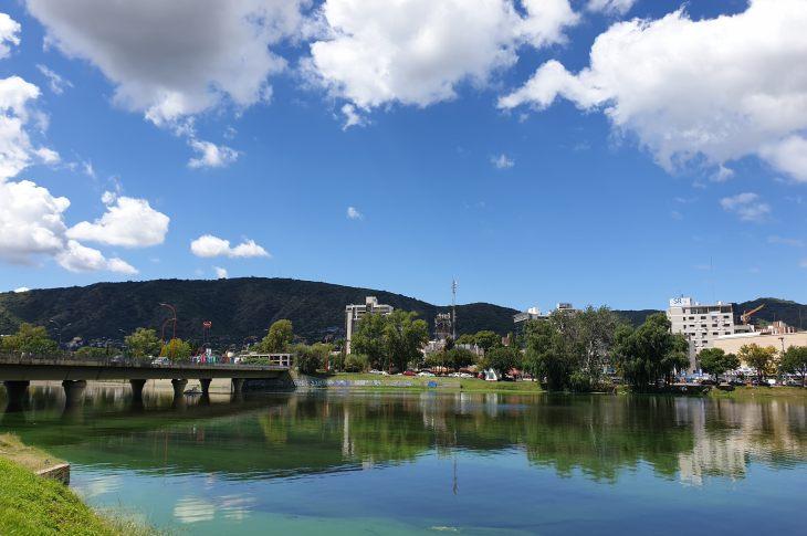 Las algas del San Roque no se van y traen inconvenientes en la región 3