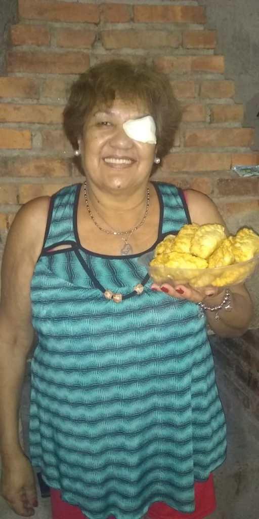 <strong>Mari vende empanadas los fines de semana, con el mismo objetivo, acceder a su prótesis. Foto gentileza.</strong>