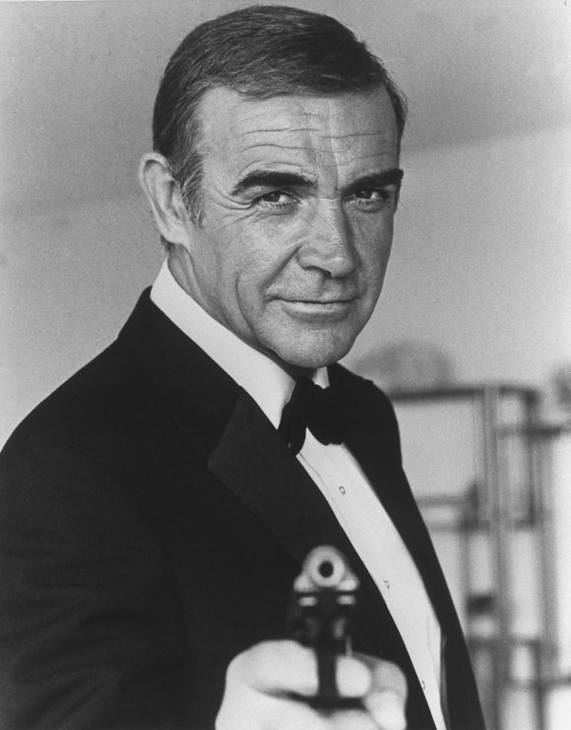 """Fotografía del actor escocés Sean Connery tomada en 1982 en Niza durante el rodaje de la película """"Nunca digas nunca más"""" del estadounidense Irving Kerschner. (Foto de AFP)"""