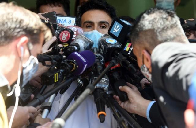 Buenos Aires: Personal médico de la Clínica Olivos da a conocer el parte médico de Diego Maradona, quien fue operado ayer por la noche, mientras fanáticos del jugador realizan diversas muestras de apoyo. Foto: Daniel Dabove/Télam/cgl 04112020