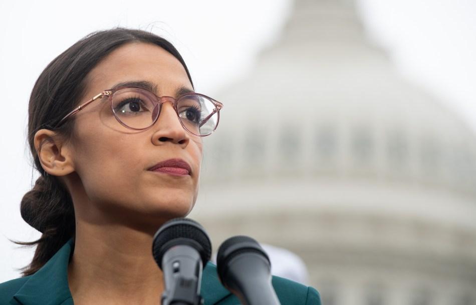 <em><strong>La representante estadounidense Alexandria Ocasio-Cortez, demócrata de Nueva York, ganó la reelección el 3 de noviembre de 2020, informaron medios estadounidenses. </strong></em>Foto de SAUL LOEB.
