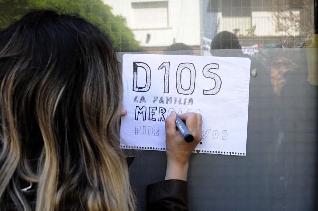 Hinchas de gimnasia, dejan mensajes y cuelgan banderas frente a la clínica donde se encuentra internado Diego Maradona. Foto: Eva Cabrera