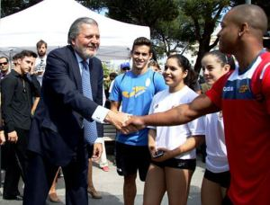 El ministro de Deporte, Íñigo Méndez de Vigo saluda al gimnasta Rayderley Zapata. Foto:CSD