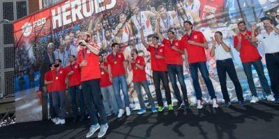 España vuelve a reinar en Europa y brinda su copa a la afición. Foto: FEB