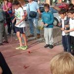Campeones del mundo de peonza fomentan el juego entre niños madrileños