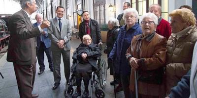 Un grupo de mayores visitan el Museo del Ferrocarril acompañados por la viceconsejera  de  Políticas  Sociales  y  Familia,  Belén  Prado.
