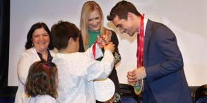 Javier Fernández con los niños en el Hospital Niño Jesús. Foto: D.Sinova / Comunidad de Madrid