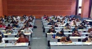 Estudiantes universitarios examinándose para obtener una plaza MIR