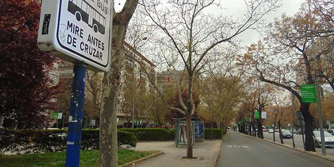 Prohibida la entrada a motos en el carril bus de Castellana. Foto: Andrea Pita
