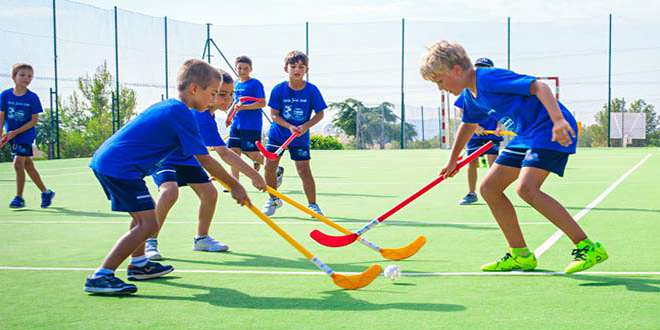 Clase de hockey al aire libre