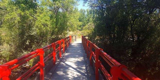 Puente rojo en la ruta al Mirador de los Robledos
