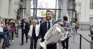 Carmena y Ramos con la copa de europa