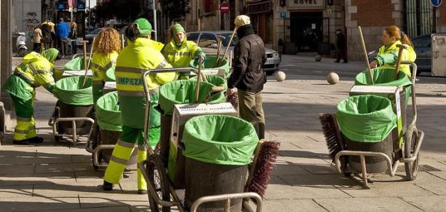Operario del servicio de limpieza Valdebebas
