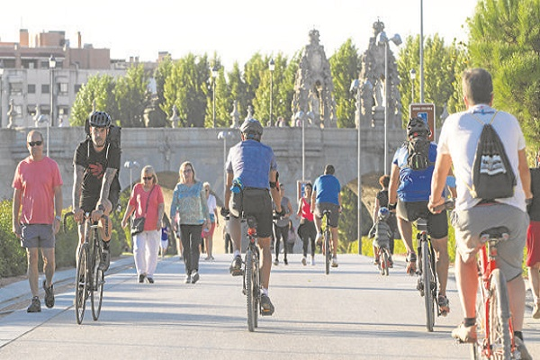 Ciclistas pasando por Madrid Río