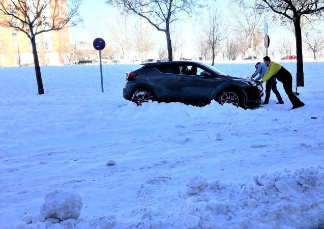 nieve en madrid empujando coche