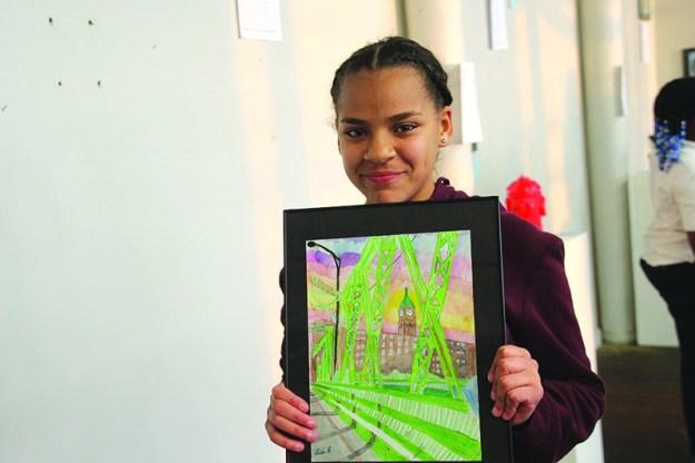 ➥➥ La estudiante de octavo grado, Perla Reynoso, muestra con orgullo su obra de arte.