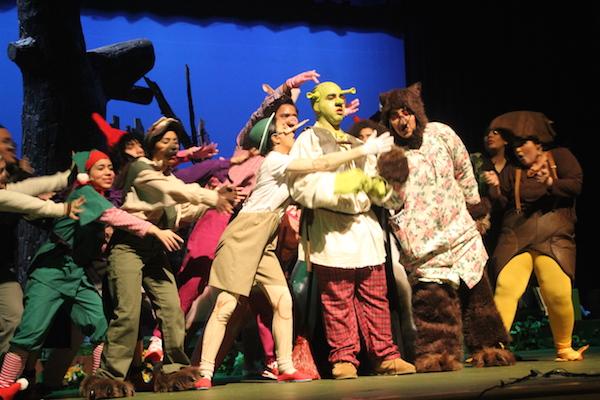 Miembros del elenco del musical Shrek en el escenario en Lawrence High School Performing Arts Center