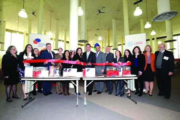 ➥➥ Alcalde Walsh en la biblioteca pública de Copley Square inaugurando el rincón de información para el inmigrante.