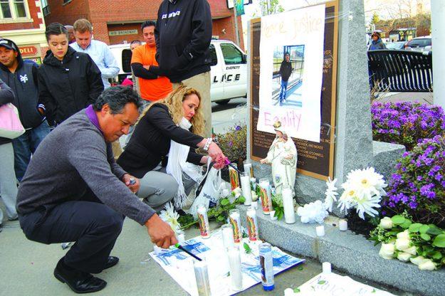 ➥➥ Activistas Antonio Amaya y Lucy Pineda encienden velas en la vigilia en memoria de Mario Mejía Martínez.