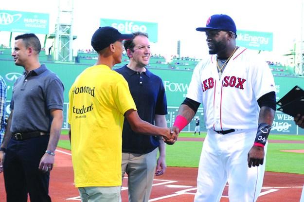 """➥➥ Momento memorable para el alumno de la Robert Frost, Aaron Díaz, quien fue felicitado por la estrella de los Red Sox, David """"Big Papi"""" Ortiz, por rendimiento escolar."""