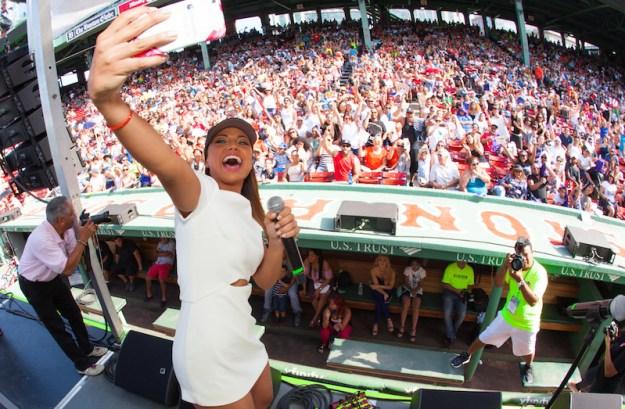 La puertorriqueña Catherine Castro se tomó una selfie con los hispanos en el Fenway Park.