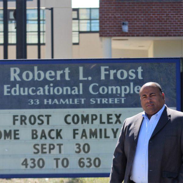 El Alcalde Daniel Rivera anunció hoy en la Escuela Robert Frost que se va a reelegir para un segundo mandato. (Foto Yadira Betances)